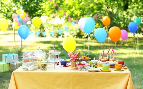 Tischdekoration Muttertag: Bunte Luftballons mit Helium