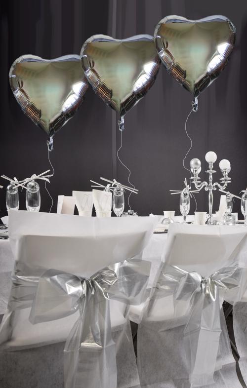Tischdekoration Silvester in Silber mit silbernen Herzluftballons aus Folie die mit Helium schweben