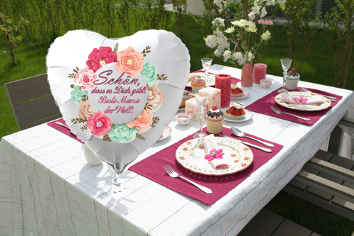 Gedeckter Tisch, Tischdekoration zum Muttertag mit dem Helium-Luftballon: Schön, dass es Dich gibt! Beste Mama der Welt!